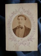 Photo CDV Ate Delon à Agde Et Montpellier - Portrait Jeune Homme En Médaillon, Circa 1870-75 L550-6 - Ancianas (antes De 1900)