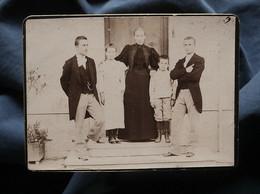 Photo CDV Anonyme - Femme Posant Avec Ses 4 Enfants Sur Le Perron D'une Maison, Circa 1900 L550-6 - Ancianas (antes De 1900)