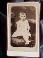 Photo CDV Anonyme - Fillette, Frange Et Serre Tête, Circa 1885 L550-6 - Ancianas (antes De 1900)