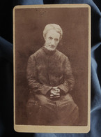 Photo CDV Anonyme - Prêtre Assis,  Circa 1885 L550-6 - Ancianas (antes De 1900)