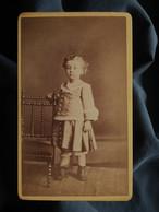 Photo CDV Alphonse Bernoud à Lyon - Jeune Enfant En Pied, Circa 1880 L550-6 - Ancianas (antes De 1900)