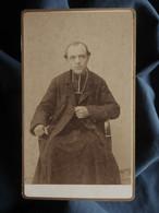 Photo CDV J. Planus à LYon - Prêtre Assis, Curé, Circa 1890 L550-6 - Ancianas (antes De 1900)