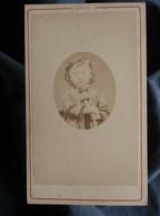 Photo CDV Henry à Lyon - Jeune Enfant En Médaillon, Circa 1870-75 L550-6 - Ancianas (antes De 1900)