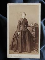 Photo CDV Muzet Et Joguet à Lyon - Jeune Fille En Pied, Second Empire, Circa 1865 L550-6 - Ancianas (antes De 1900)