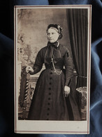 Photo CDV Anonyme - Beau Portrait Femme Avec Coiffe, Second Empire Circa 1865-70 L550-6 - Ancianas (antes De 1900)