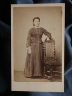 Photo CDV Anonyme - Jeune Femme En Pied, Second Empire Circa 1865-70 L550-6 - Ancianas (antes De 1900)