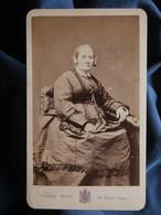 Photo CDV Pierre Petit à Paris - Femme Assise, Coiffure Avec Macarons Circa 1875 L550-6 - Ancianas (antes De 1900)