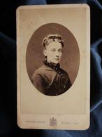 Photo CDV Pierre Petit à Paris - Portrait Médaillon, Femme Circa 1875 L550-6 - Ancianas (antes De 1900)