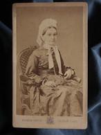 Photo CDV Pierre Petit à Paris - Femme à La Coiffe, élégante, Circa 1875-80 L550-6 - Ancianas (antes De 1900)