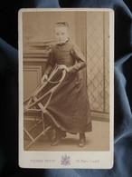 Photo CDV Pierre Petit à Paris - Fillette à La Chaise Circa 1880 L550-6 - Ancianas (antes De 1900)