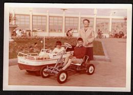 1960 Photo Originale - 11,5 X 8 Cm - Ostende - Enfants / Garçon Sur Un Cuistax - Bateau / Voiture à Pédales - Voir Scan - Coches