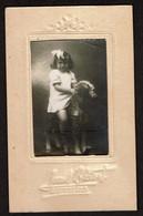 Photo Souvenir Scolaire (?) - Fillette Sur Un Cheval En Bois - Photo LUCAS & BEDART Bruxelles - Voir Scan - Persone Anonimi