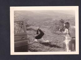 Photo Originale Vintage Snapshot Sierck Les Bains  Un Pique Nique Bien Arrosé Hommes Chahutant Homme à La Renverse - Lieux
