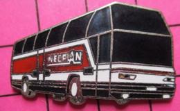 SP04 Pin's Pins / Beau Et Rare / THEME : TRANSPORTS / AUTOBUS ROUTIER ROUGE ET BLANC NEOPLAN - Transportation
