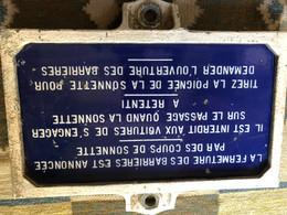 Plaque De Passage à Niveau Gardé équipé De Sonnette D'appel En Pierre De Lave émaillée Dans Son Support En Fonte- - Railway