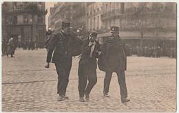 CPA Paris (75)  Manifestation Du 1er Mai Un Manifestant Arrêté Par La Police, Déjà ! Nous Sommes En 1906   Ed ND 4 - Labor Unions