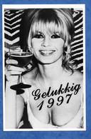 Photographie Artiste Actrice Brigitte Bardot Verre De Bière GELUKKIG 1997 Bonne Et Heureuse Année Voeux Format 10/15 Cm - Famous People
