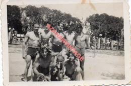 Photo Ancienne Jeunes Hommes En Maillot Mer Bain, Gay,  60x85mm - Personas Anónimos