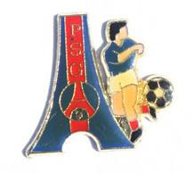 Pin's PSG - Paris Saint Germain - Le Logo Du Club - Tour Eiffel Et Footballeur - K021 - Football