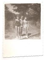Photo Originale , Femmes Et Homme En Maillot De Bain , Dim. 5.5 Cm X 8.5 Cm - Anonymous Persons