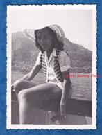 Photo Ancienne Snapshot - Portrait D'une Jeune Femme Sur Un Bateau - Mode Short Ou Jupe Chapeau Fille Pose - Anonymous Persons