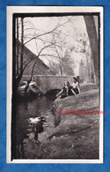 Photo Ancienne Snapshot - Portrait De Femme Au Bord D'un Ruisseau - Canard Oiseau Rivière Arbre Contour Artistique - Anonymous Persons