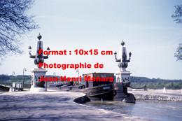 ReproductionPhotographie Ancienne D'une Vue D'une Péniche Sur Le Pont-canal à Briare En 1961 - Reproductions