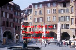 ReproductionPhotographie Ancienne D'une Vue D'ensemble D'une Fontaine Sur Une Place à Bienne En Suisse En 1965 - Reproductions
