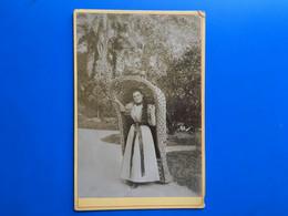 Femme Dans Jardin Dans Fauteuil Abri En Osier-☛ Photographie Albuminée- Photo Originale-Type Emmanuelle Mais Av 1900- - Old (before 1900)