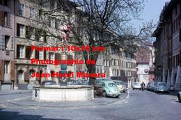ReproductionPhotographie Ancienne De Coccinelle VW à Côté D'une Fontaine Sur Une Place à Bienne En Suisse En 1965 - Reproductions