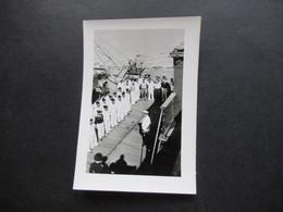 2. Weltkrieg WW2 Original Foto Soldaten Der Wehrmacht / Marine / Matrosen In Uniform Beim Appell - War, Military
