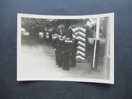 2. Weltkrieg WW2 Original Foto Soldaten Der Wehrmacht / Marine / Matrosen In Uniform / Wachablösung / Wachparade - War, Military