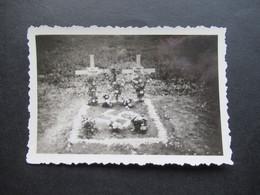 2. Weltkrieg WW2 Original Foto Grab / Soldatengrab / Friedhof / Doppelgrab Mit Blumen Und Hakenkreuz Aus Blumen - War, Military