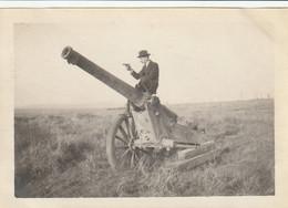 Photo Octobre 1919 Près NOYELLES-SUR-ESCAUT (près Cambrai) - Sur Un Canon, Avec Un Pistolet (A229, Ww1, Wk 1) - Other Municipalities