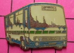 SP05 Pin's Pins / Beau Et Rare / THEME : TRANSPORTS / AUTOBUS ROUTIER IVECO BLEU BLANC ET VERT - Transportation