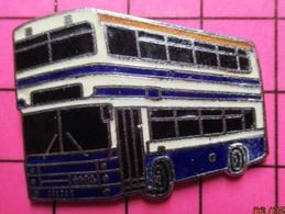 SP07 Pin's Pins / Beau Et Rare / THEME : TRANSPORTS / AUTOBUS ROUTIER A IMPERIALE BLANC ET BLEU - Transportation