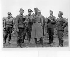 GUERRE 1939-1945: Photo Origine 12x9 Cm, Général D'Aviation,parlant à Ses Officiers ,cachet Au Verso,tbon Etat - Weltkrieg 1939-45