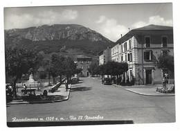 10.256 - ROCCADIMEZZO L' AQUILA VIA IV NOVEMBRE ANIMATA AUTO CAR 1957 - Altre Città