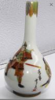 Japon Mini Vase Caligraphiée à Decor De Guerriers Caligraphié - Asian Art