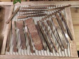 20 Anciens Outils Ciseaux à Bois Et Lames De Rabots Peugeots Frères Et Autres Marques / Antique Wood Chisels - Tools