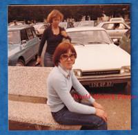Photo Ancienne Snapshot - TOURS - Portrait D'une Femme - 1977 - Automobile FORD - Lunettes Mode Style Vintage Fille - Automobiles