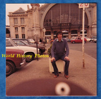 Photo Ancienne Snapshot - TOURS - Portrait Homme à La Gare - 1977 - Automobile - Bomb Ratée Défaut Automobile - Automobiles