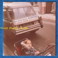 Photo Ancienne Snapshot - LA TOUR Du PIN - Portrait Enfant Dans Sa Poussette - Taxi Ambulance BLANCHARD - Rue Auto - Automobiles