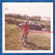 Photo Ancienne Snapshot - Portrait D'une Petite Fille & Son Vélo - Automobile CITROEN DS - Enfant Robe Mode Jouet Auto - Automobiles