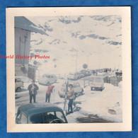 Photo Ancienne Snapshot - Station De Ski à Situer Automobile à Identifier Hiver Neige Panneau Sport Savoie ? Chamonix ? - Automobiles