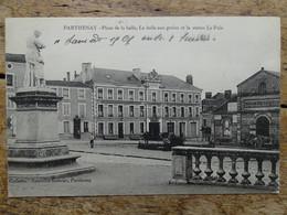 CPA (79) Deux Sèvres - PARTHENAY - Place De La Halle, La Halle Aux Grains Et La Statue Le Pain - Parthenay