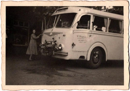 Photo Originale Autocar Des Mariés à Identifier Avec Sa Couronne De Fleurs Sur La Calandre Vers 1950 - Autobus. - Automobili