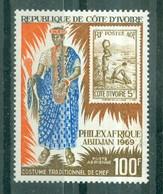 CÔTE-D'IVOIRE - POSTE AERIENNE N° 43** MNH. - Exposition Philexafrique à Abidjan.Costume De Chef Et Timbre  Dentelé 13. - Costa De Marfil (1960-...)