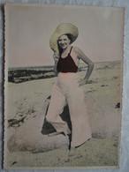 Photo Argentique Années 40 - Dame En Vacances Bord De Mer Pieds Nus - 17,5 X 12,5 - Colorisée - Anonymous Persons