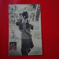 FEMME SAKALAVE PORTANT SON ENFANT A LA FACON INDIGENE - Madagascar